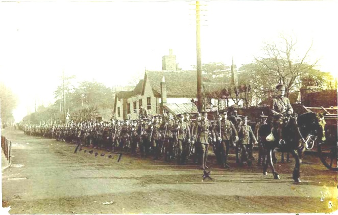 The 2nd/7th Warwickshire Regiment arriving in 1915 in a long, long, column. The dots mark the platoon of William Eric Murray, who was born in Australia. On the horse is Captain Hanson. Freebornes farm (now 3 Newland Street) is behind. (M2191).